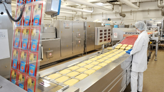 Figure 1:  Cheese production at DMK in Georgsmarienhütte: packaging of sliced cheese with a thermoforming packaging machine. Source: Busch Dienste GmbH