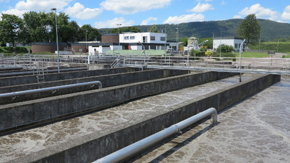Four aeration channels with a total volume of 7,200 cubic metres ensure aerobic biological wastewater treatment at the wastewater treatment plant in Rheinfelden-Herten