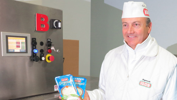 Fig. 1: Maurizio Leonardi with freshly packaged Gorgonzola. Source: Busch Dienste GmbH